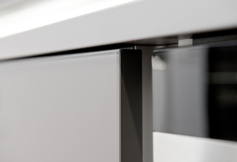 Detail Koje 04 - Glas Tec Satin Weiß / Quarzgrau